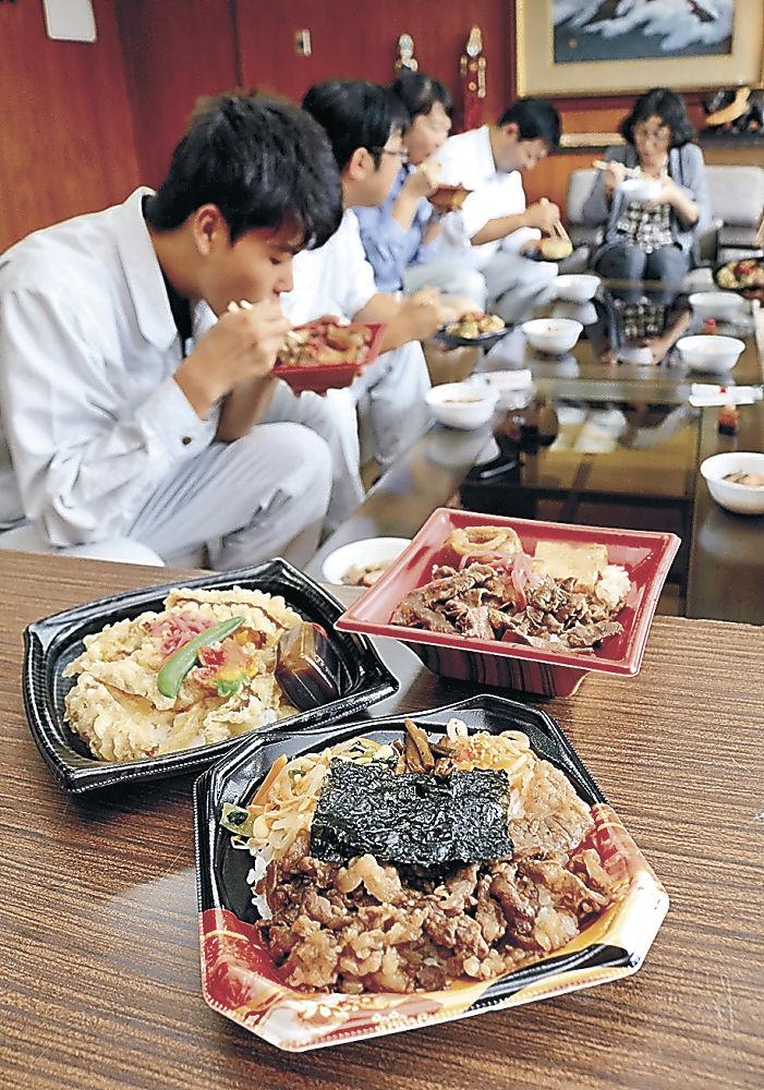 能登牛を使った特製丼を試食する職員=能登町役場柳田庁舎