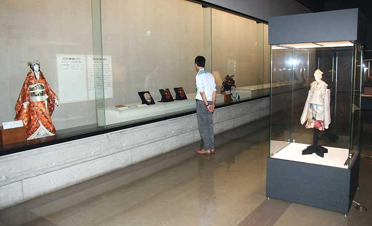 川中島合戦のドラマを伝える人形や芝居絵などが並ぶ特別展