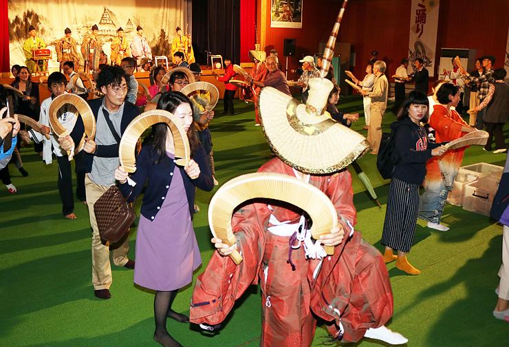 ささらを手に総踊りを楽しむ参加者=こきりこ館
