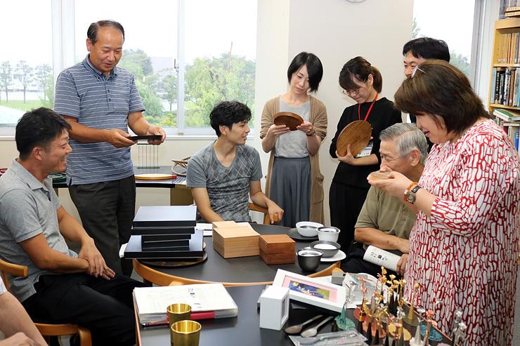 商品開発へ意見を出し合う参加者 =高岡市デザイン・工芸センター