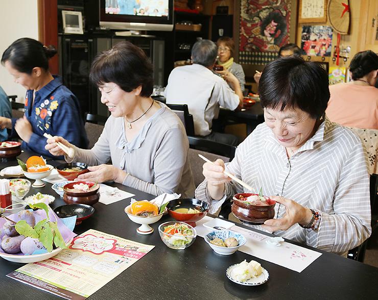「十五代仁左衛門」の料理を楽しむ客=砺波市中野