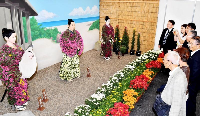 西郷隆盛ら幕末明治に活躍したヒーローの人形が並ぶ菊人形館=28日、越前市武生中央公園