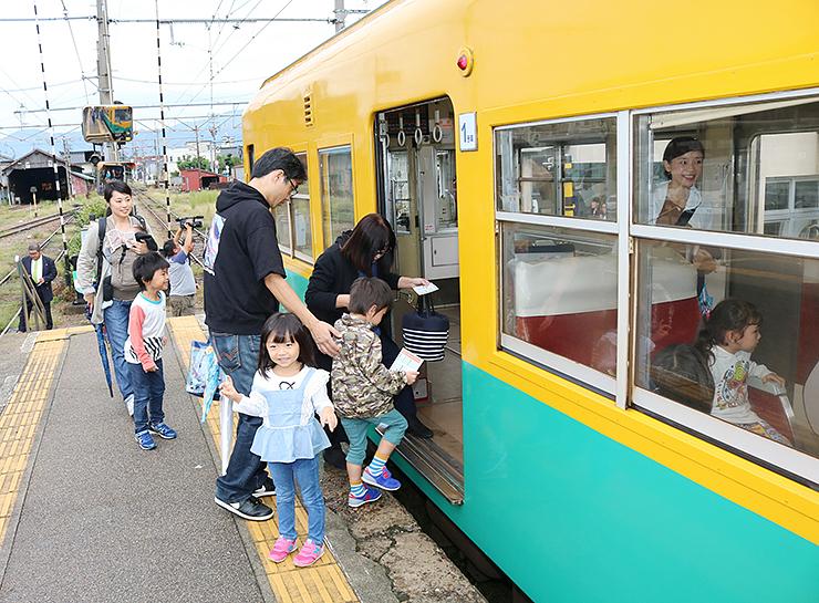 電鉄黒部駅で電車に乗り込む園児ら