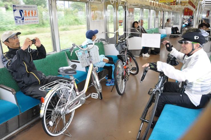 サイクルトレインに自転車を持ち込み、くつろぐ利用者