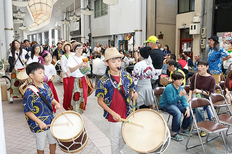 ブラジル音楽のパレードで盛り上がる会場=御旅屋通り商店街