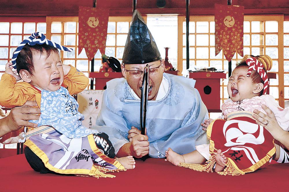 元気いっぱいの泣き声を響かせる赤ちゃん=輪島市河井町の重蔵神社