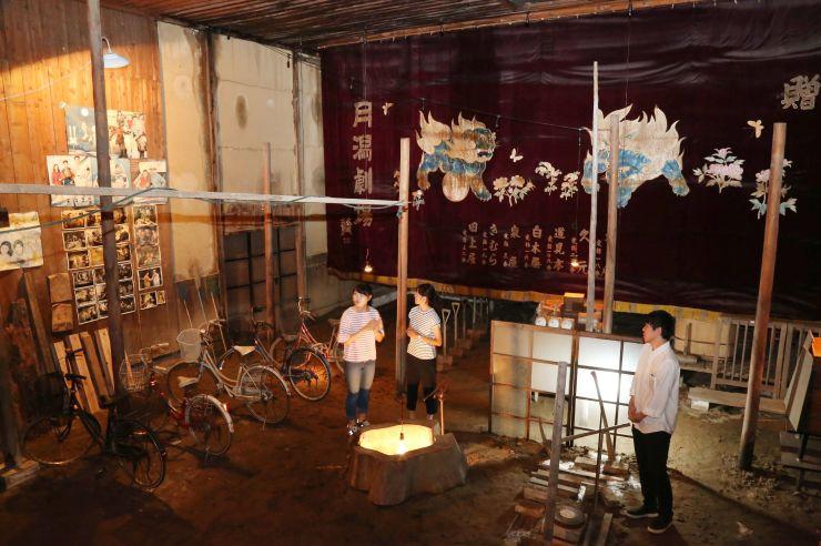 どんちょうや宣伝ポスターが展示された旧月潟劇場。昭和のレトロ感が漂う=新潟市南区