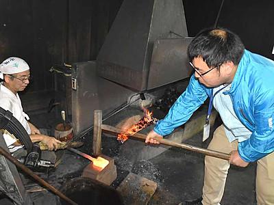 日本刀の材料、鉄を鍛える 坂城の刀工、作業公開