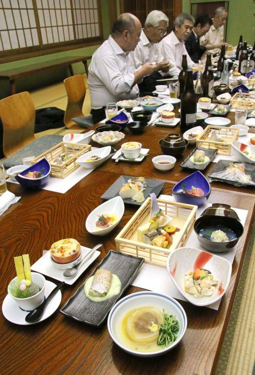 「味の饗宴」に向けて各店の料理人が腕をふるった料理9品=26日、新発田市中央町3の「魚喜久」