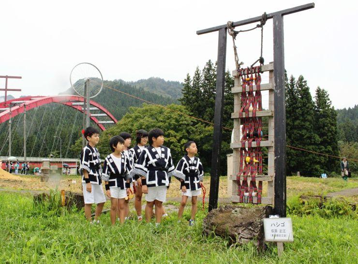 廃材を生かした作品が田んぼを飾る里山アート展=29日、阿賀町