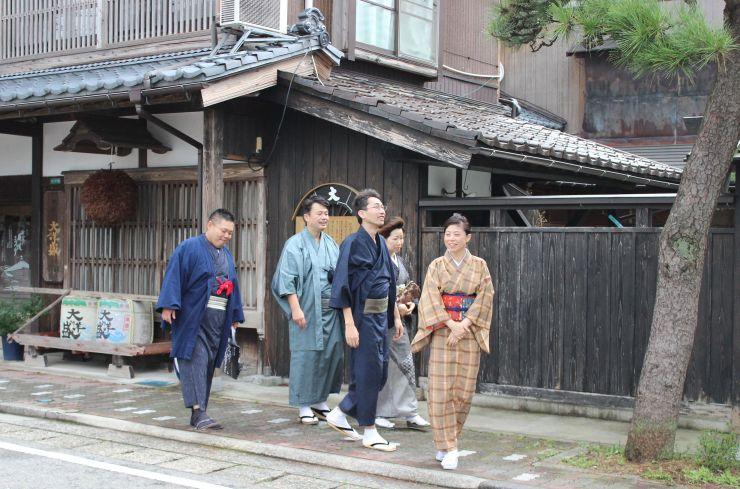 「着物でぶらり」をPRするため街中を巡る商人会メンバーら=10月1日、村上市大町