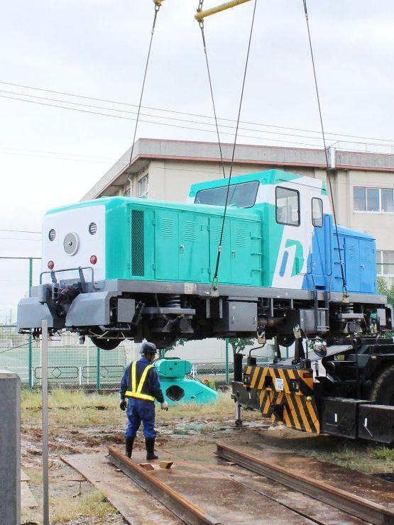 展示のために新津鉄道資料館に設置される「新幹線軌道確認車GA-100」=10月2日、新潟市秋葉区