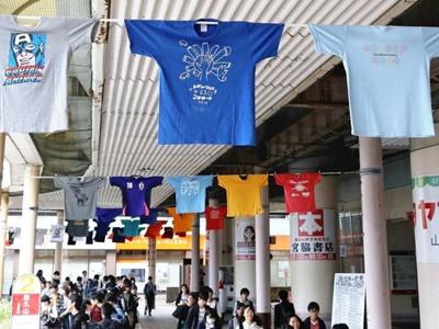カラフルTシャツお出迎え 長岡駅東口