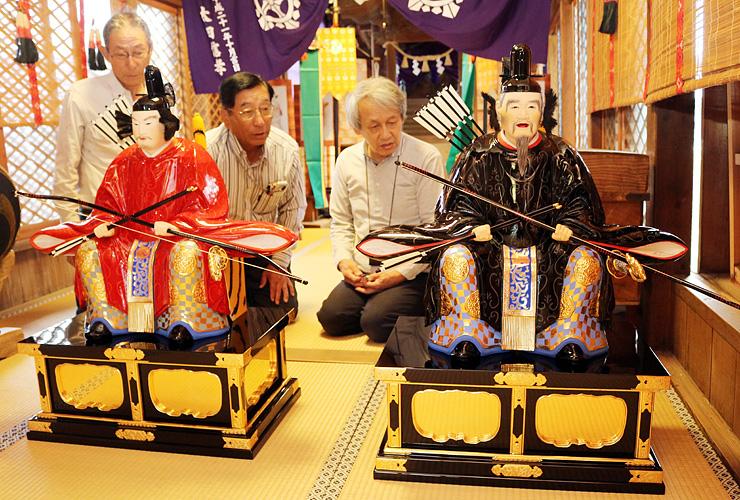 大臣像を見つめる(左から)寺井会長、寺井総代、南部さん=五ケ神社