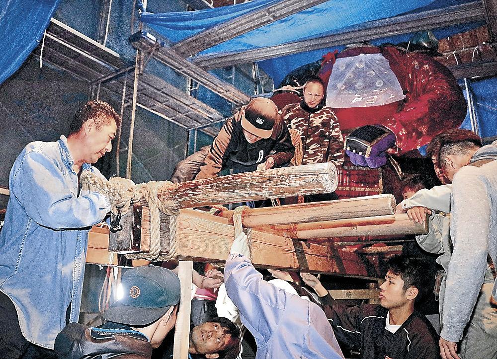 祭り本番に向けて造り物の制作に取り組む青年団員=白山市鶴来水戸町