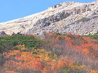 御嶽山、染まる秋 8合目付近で見頃