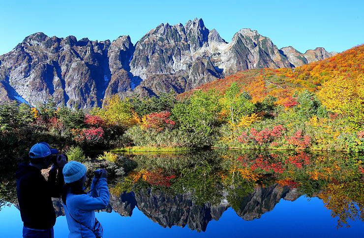 切り立った剱岳と紅葉の共演。水面にも鮮やかに映し出された=仙人池