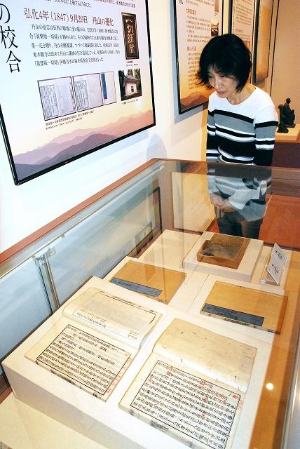 丹山らが赤筆を入れた経典(手前)などが並ぶ特別展=福井県越前町織田文化歴史館