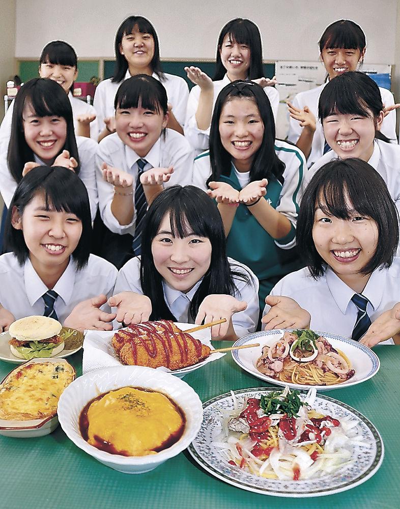 輪島朝市でそろえた食材で調理した料理を紹介する女子生徒=輪島高
