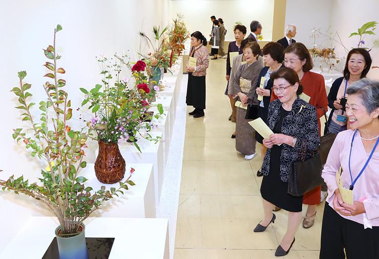 県内の各流派が秋の風情あふれる多彩な作品を出品した県華道展=富山大和