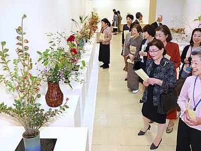 彩り豊かな秋を表現 富山大和で県華道展