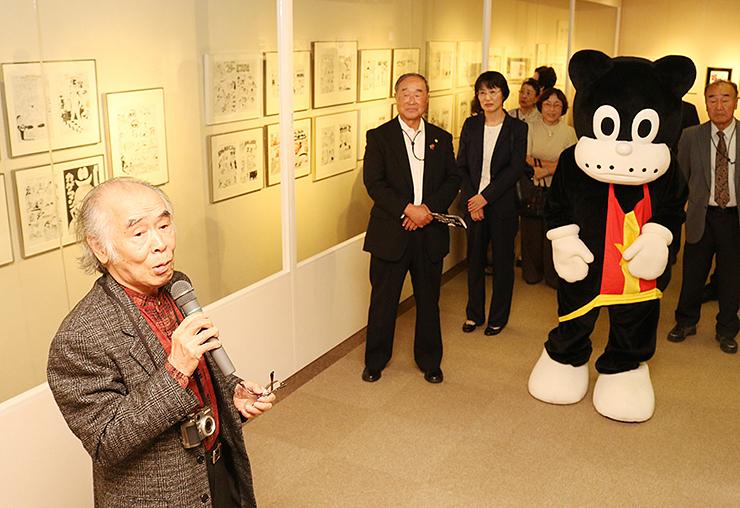 のらくろの魅力や漫画家人生について語る山根さん(左)