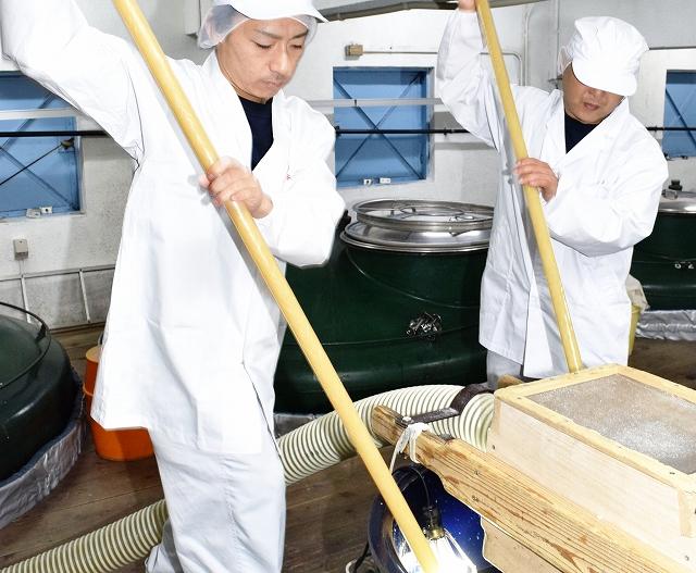 新酒の初仕込みを行う蔵人=10月5日、福井県勝山市の一本義久保本店