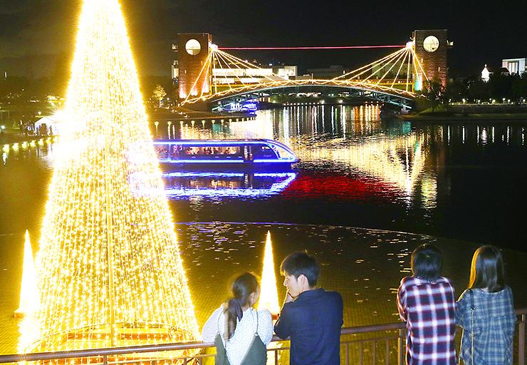 ロマンチックにライトアップされた天門橋や水面=富岩運河環水公園(写真部部長デスク・垣地信治)