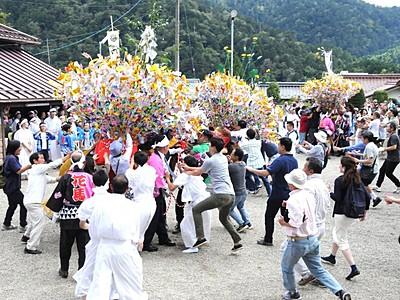 木曽馬彩る飾りを一斉に奪い合い 南木曽「花馬祭り」