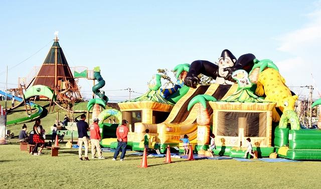 新遊具のふわふわが設置され、子どもたちでにぎわう「だるまちゃん広場」=福井県越前市の武生中央公園