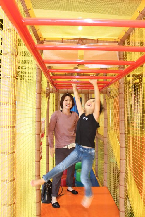 開館1周年を迎えた高田公園オーレンプラザ。こどもセンターはいつも子どもの元気な声が飛び交う=上越市