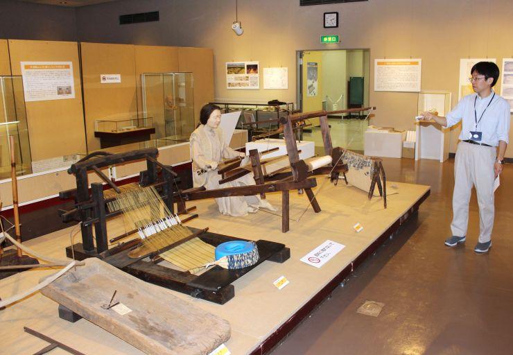 十日町市の馬場上遺跡から出土した機織りの道具などを展示し、古墳時代から奈良、平安時代の人々の暮らしを紹介する特別展=同市博物館