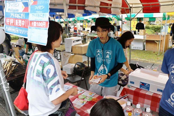 国際大の留学生が考案した「ONIGIRI」を販売した飲食ブース=7日、南魚沼市
