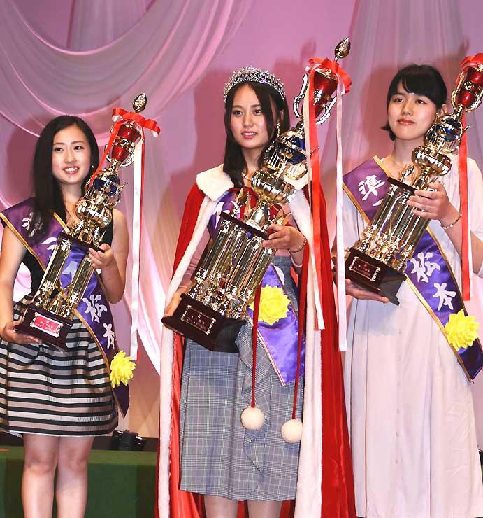 ミス松本に選ばれた平岡さん(中央)と準ミスの今村さん(左)、後藤さん(右)
