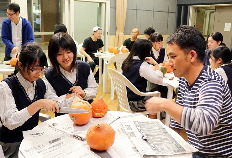 青年部員とカボチャのアレンジ方法を相談する美術部員