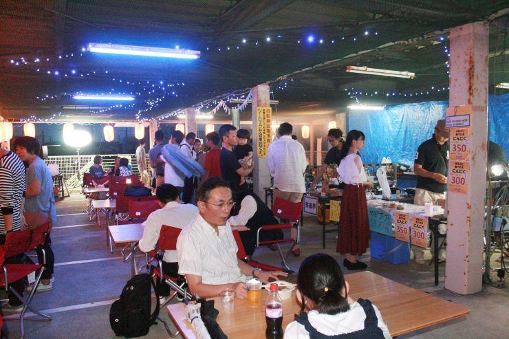 多くの人でにぎわった社会実験イベント第1弾の飲食スペース=9月7日、JR見附駅東口駐輪場2階
