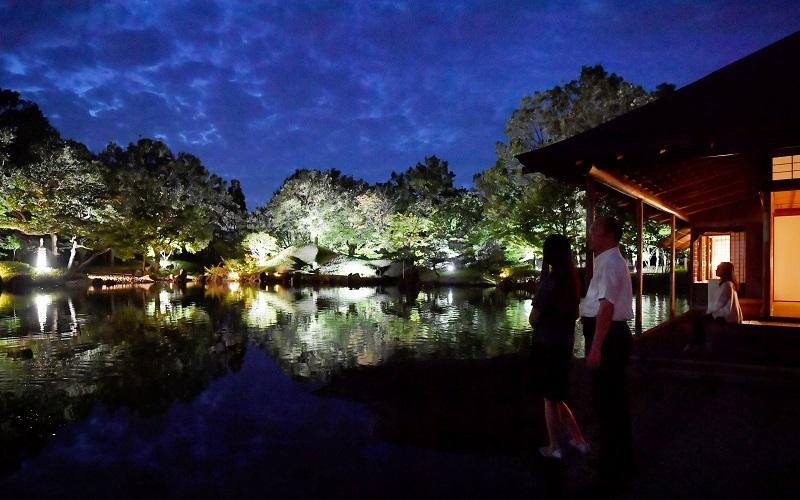 ライトアップされ、幻想的に浮かび上がる養浩館庭園=9月28日夜、福井市宝永3丁目