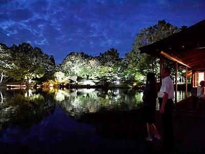 水面に輝く逆さ庭園 福井県福井市・養浩館でライトアップ