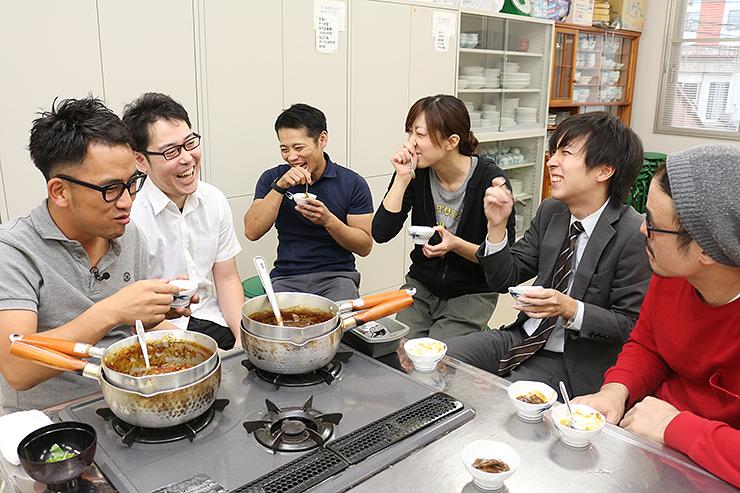 試作したカレーを食べ比べる上野さん(左から2人目)ら青年部員