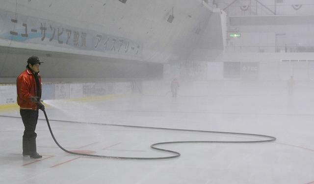 アイススケートのリンクに水をまく担当者=10月6日午前2時ごろ、福井県敦賀市呉羽町のニューサンピア敦賀