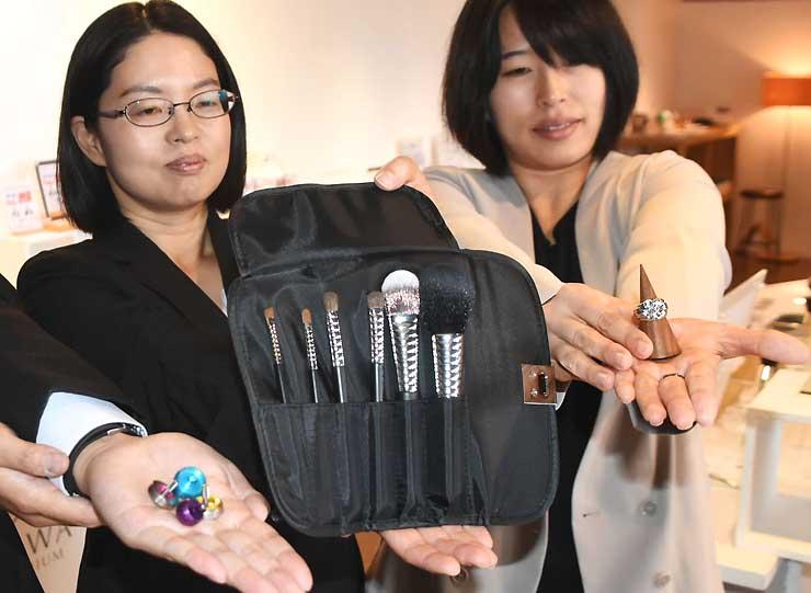新たにSUWAプレミアムに認定された化粧用のブラシ(中)など