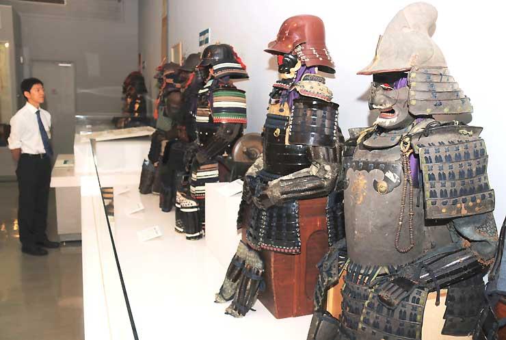 旧高遠藩士の家に伝わる甲冑などが展示された会場
