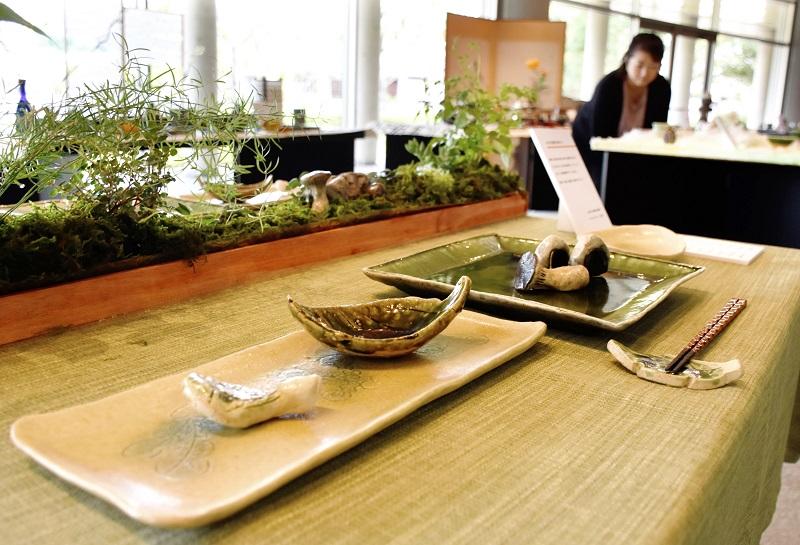 越前焼の器とそれらを使った多彩なテーブルコーディネートを紹介する企画展=福井県越前町小曽原の越前陶芸村文化交流