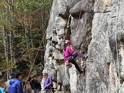 岩登り体験を楽しむ 川上のキャンプ場でイベント