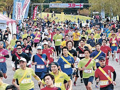 色づく城内を快走 金沢城リレーマラソン「秋の陣」に2600人