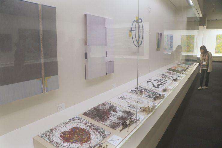 一部の展示では、上段にプロの作家の作品、下段に子どもの力作を並べた