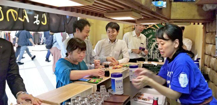 人気を集める「新潟地酒処じょんのび」=大阪市北区
