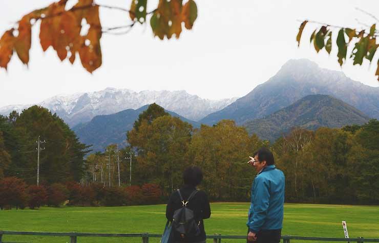 雲間から雪化粧した姿を見せた八ケ岳連峰=15日午後2時50分、原村の八ケ岳中央農業実践大学校