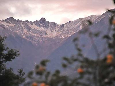 中アの山々、雪化粧 ほぼ例年並み