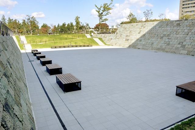 市民の憩う場所として整備された堀割広場=10月17日、福井市中央公園